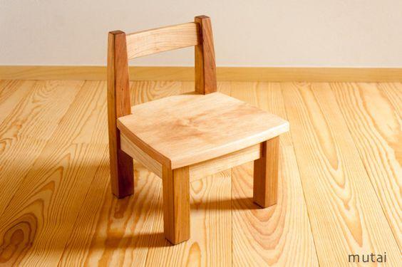 幼児用の木のイスです。座卓、ローテーブルでの食事や遊びでお使い下さい。背もたれは緩くカーブしています。座面は平らです。大人が踏み台として使用しても大丈夫です。...|ハンドメイド、手作り、手仕事品の通販・販売・購入ならCreema。