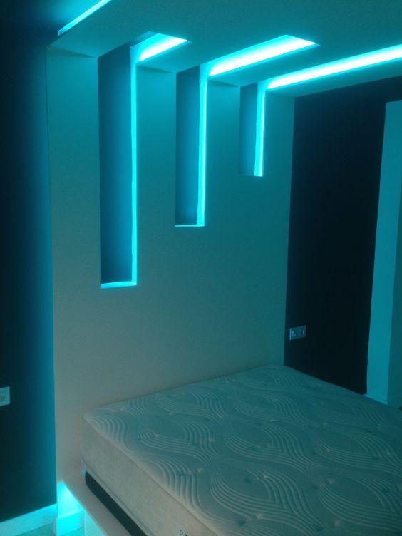 Cabecero de cama iluminado con tiras de LEDs RGB