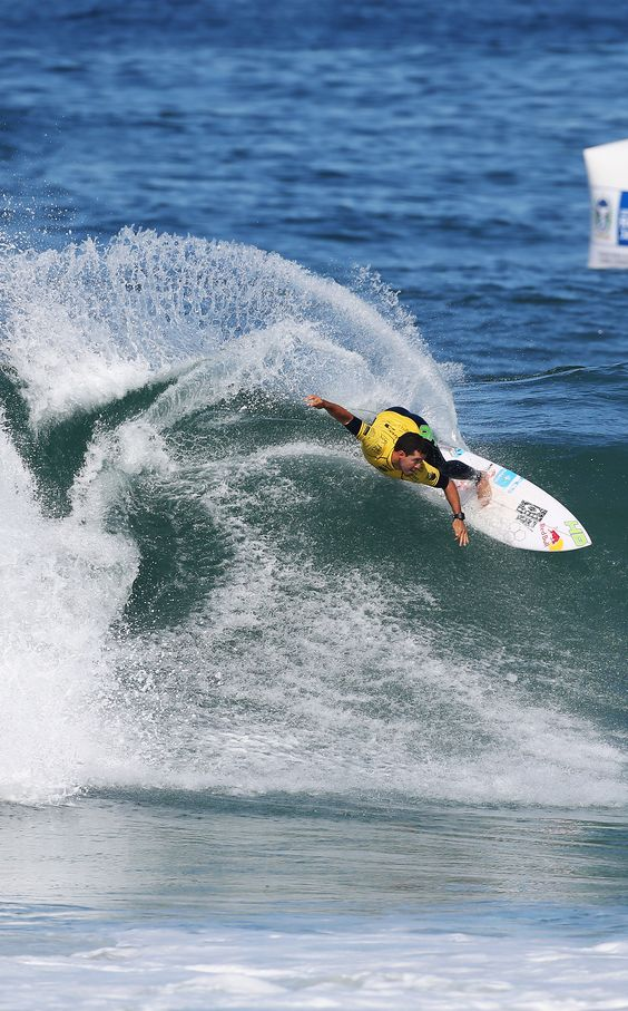 Adriano De Souza in round 1 wearing the yellow Jeep leader jersey #OiRioPro