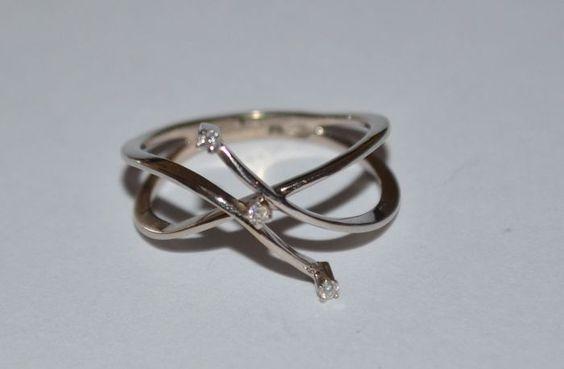 Witgouden sierlijke ring bezet met 3 briljant geslepen diamanten van 0,01 ct. (Indicatie kleur F/G, zuiverheid VVS) Ringmaat: 18, gewicht: 3 gram Gehalte: 585/1000 Kwaliteit: Goede staat Kavelnummer: 12-6533 Verzending: Aangetekende verzending