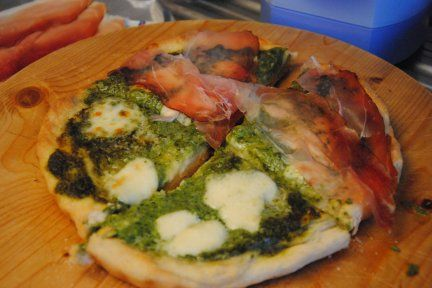 pizza di pesto, mozzarella e speck. mamma mia!