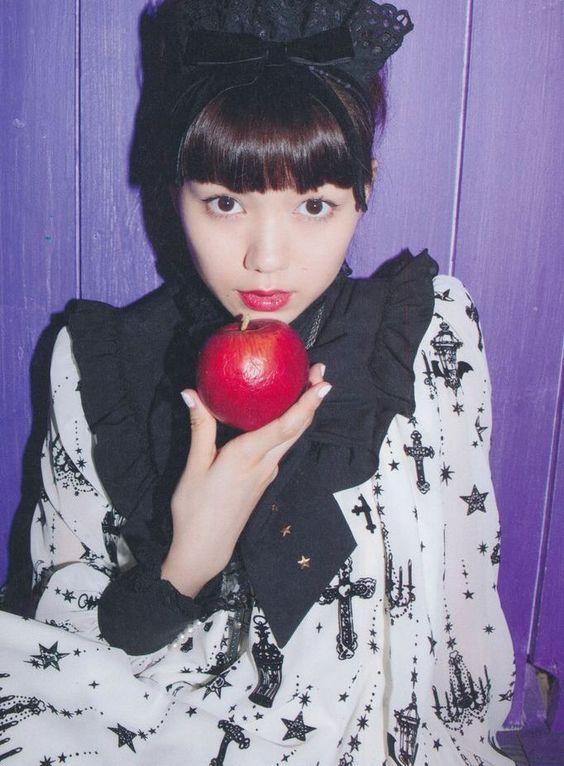 リンゴを持っている二階堂ふみ