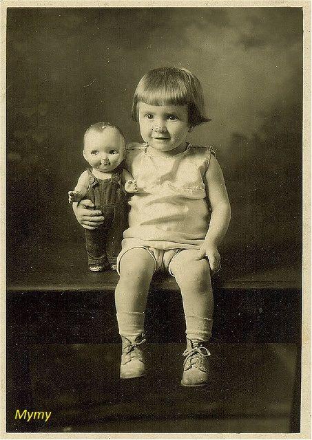 No se a vosotr@s,pero a mí me encantan las fotos antiguas y si contienen muñecas más. Os traigo una preciosa variedad de fotos en las que ...