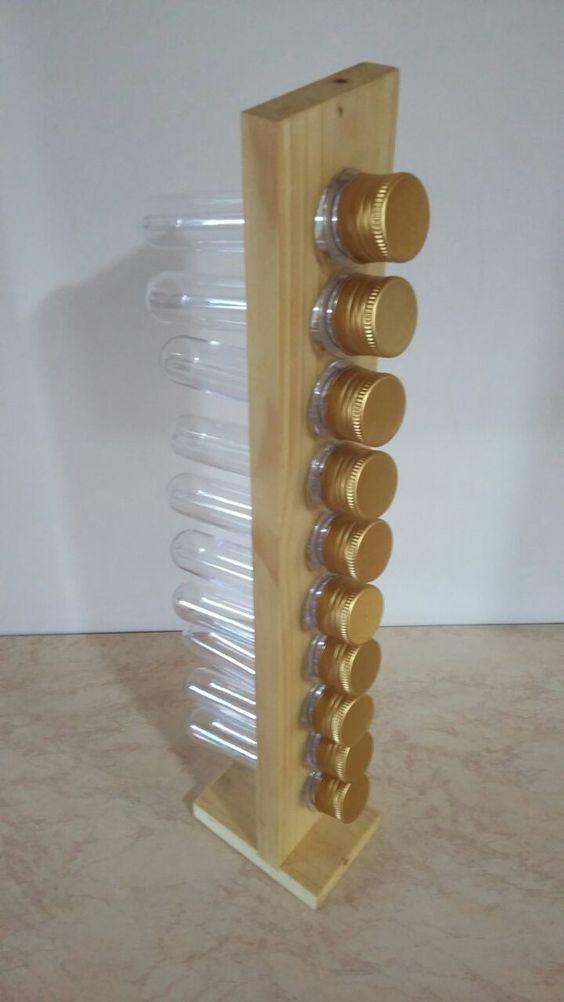 Porta-Tempero feito a partir de madeira reaproveitada de pallets, com tubos de plástico de tampas douradas. Pode ser utilizado como porta remédios, miçangas, botões ou para mil e um usos criativos. <br>Peça sustentável, feita artesanalmente. <br>Foco no consumo consciente utilizando como matéria prima madeira reutilizada.: