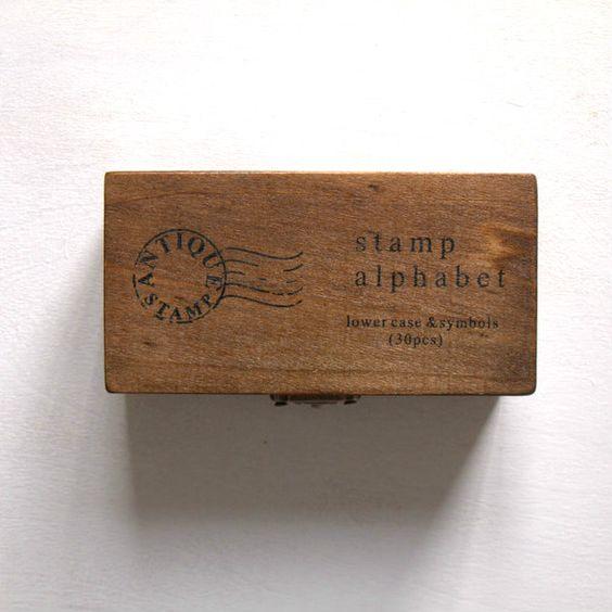 kleine buchstaben stempel in einer niedlichen holzbox. www.mercipapier.goodsie.com