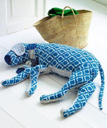 Un coussin en forme de chien dormir tissu bleu et tissus - Differente forme de coussin ...