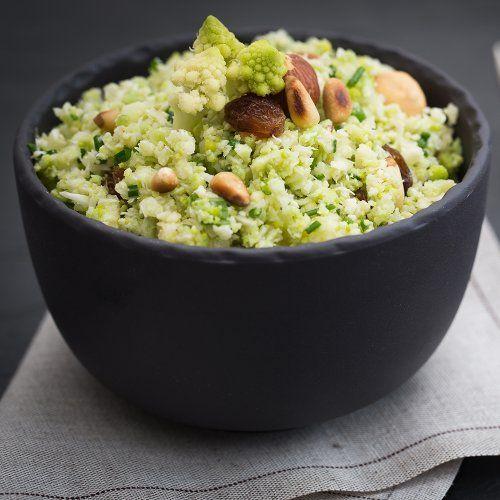 dans un bol en grès noir, une salade de taboulé de chou fleur aux fruits secs
