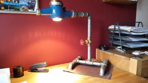 Schreibtischlampe aus Wasseruhr, Rohren und Ventil als Schalter