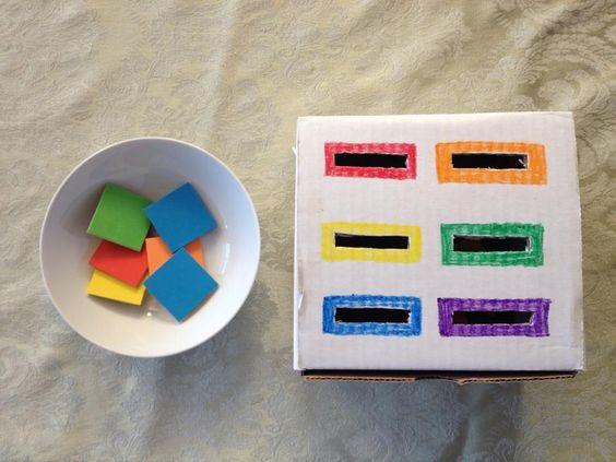 Caja de cartón con fichas. Reconocer colores o formas según queramos. Podemos utilizarla en las distintas etapas de nuestro bebe
