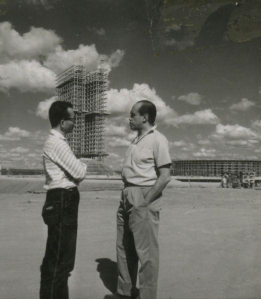 Oscar Niemeyer na construção de Brasília em maio de 1959