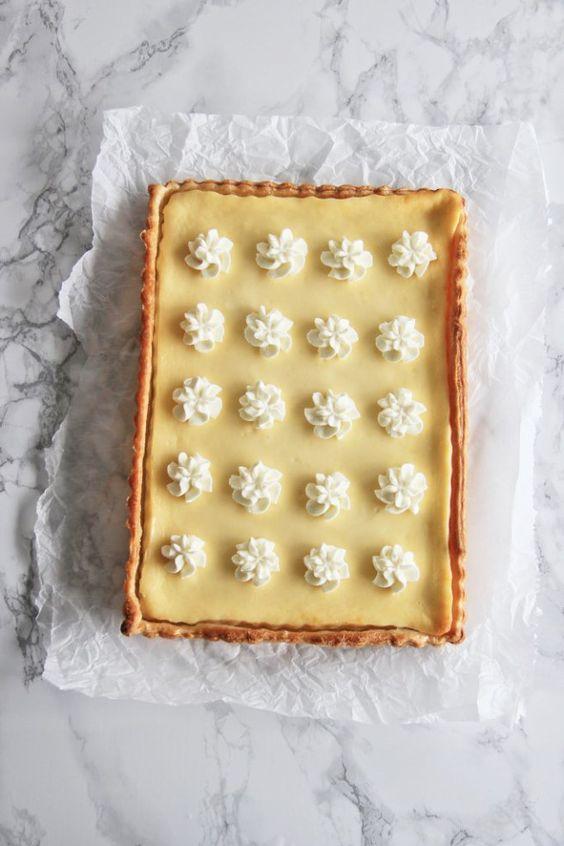 Käsekuchen mit Blätterteigboden und weißer Schokolade von glücks prinzip