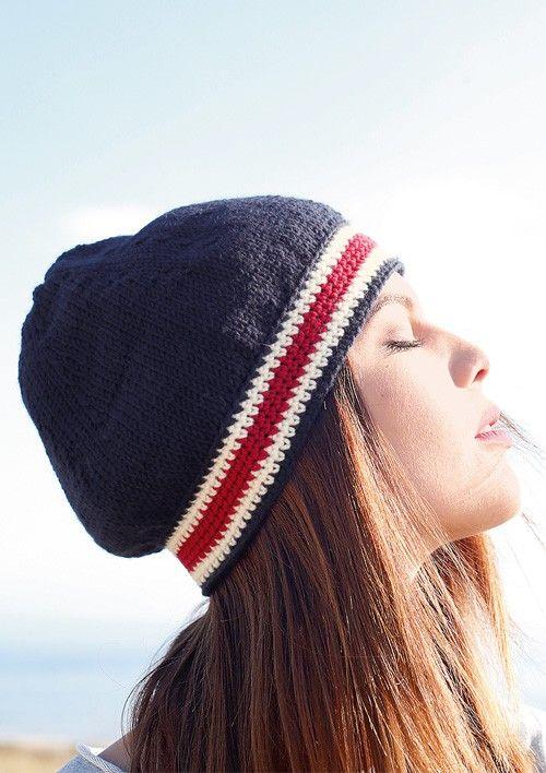Maritimer Look: Mütze mit Häkelrand in Blau, Weiß und Rot selber stricken mit einer Strickanleitung aus Rebecca- mein Strickmagazin und dem ggh-Garn MAXIMA (100% Schurwolle). Garnpaket zu Modell 26 aus Rebecca Nr. 57