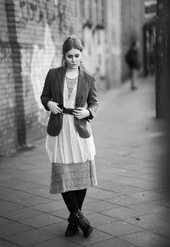 Influencer und Fotografin Christina Key trägt ein schickes Maxikleid kombiniert mit einem breiten Gürtel und schickem Jacket