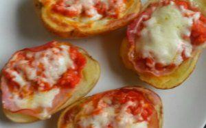 POMMES DE TERRE FARCIE FACON PIZZA 200g de pommes de terre 50g de des de jambon 2 CS de sauce tomate 30g de mozarella. Pommes de terre cuites à l'eau, coupées en deux et évidées, garnies de la farce et passées 5  mn au four 200 °