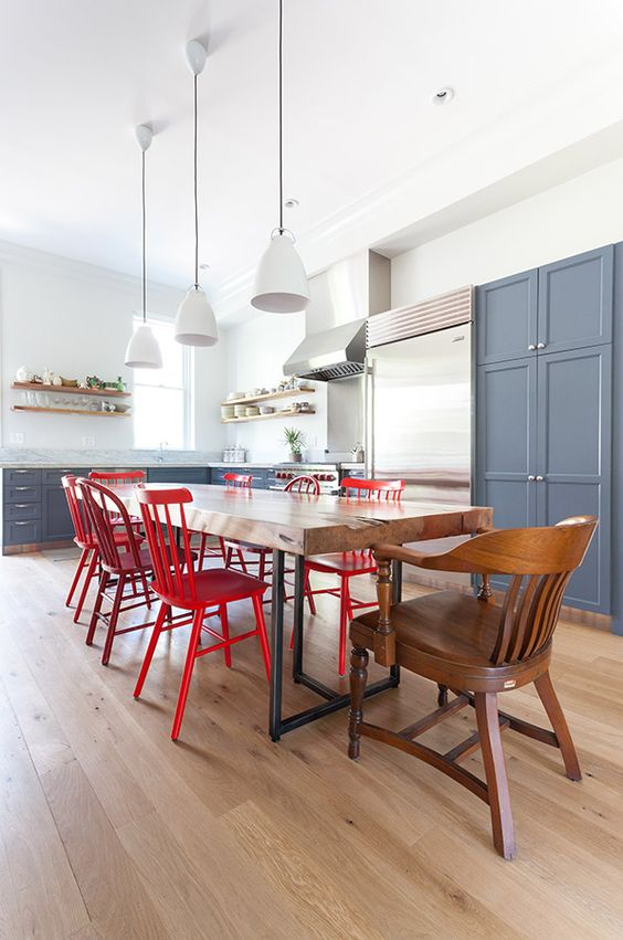 Accueillante et color e cette grande cuisine fait for Tres grande table a manger