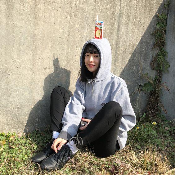 りんごジュースを頭に乗せる田中芽衣