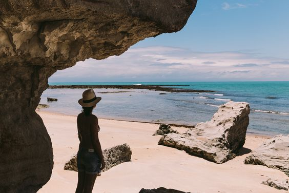 Localizada na Vila do Outeiro, está a 5min de 3 praias: Espelho, Amores e Outeiro. Possui 7 suítes amplas, claras e arejadas, ar condicionado, TV, internet e fr #pousada #Brisasdoespelho #praia #amores