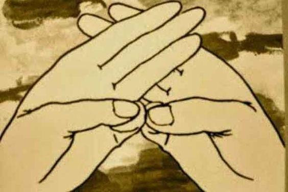 """Practica el mudra de """"la calma"""" todas la veces que puedas y necesites. Coloca las manos tal cual se indica en el dibujo adjunto, respira profundamente y percibe el efecto que el MUDRA produce en ti!!! Consejos para su práctica: Cuando te tomes un momento para un """"mudra reconfortante"""", mantén la posición durante 7, 14 0 21 ciclos respiratorios. Cuando sufras síntomas agudos, mantén la posición durante el tiempo que necesites para alcanzar el efecto deseado. En casos crónicos, practica el…"""