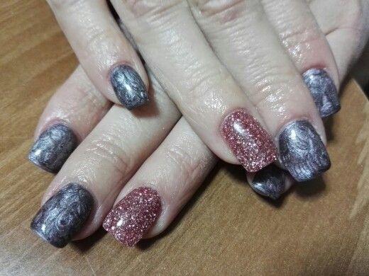 Unghie gel grigio/rosa metallizzato con glitter rosa ...