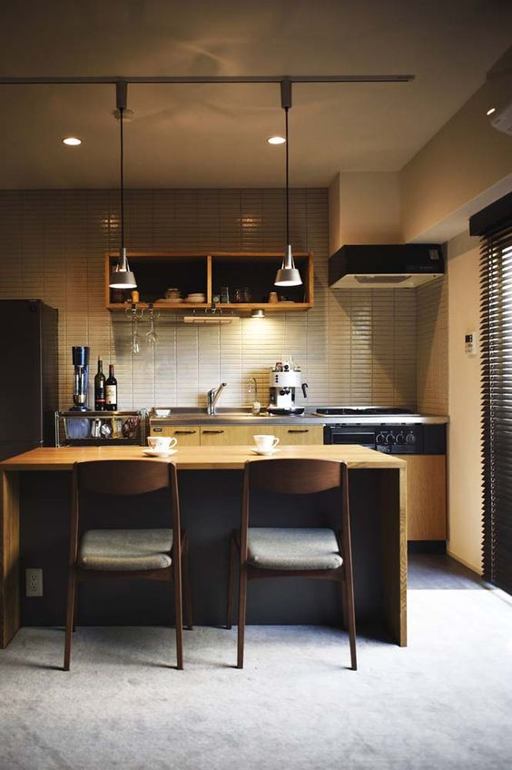既存利用したキッチンは壁にタイルを貼って、オープン棚を設置。雰囲気を一新した #スタイル工房 #キッチン #マンションリノベーション #ダイニング #タイル壁 #オープン棚 #ワンルーム #リノベりす