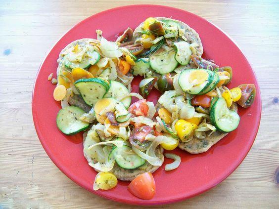 Aus dem Vollen geschöpft :-)  http://www.schatzwaskochichheute.at/2016/09/vegane-petersil-pfannkuchen-mit-gemuse.html  Viel Freude beim Nachkochen & Laß es Dir schmecken! Ella einfach vegan kochen - backen - essen und genießen in Wien  #vegan #bio #regional #saisonal #zucchini #petersilie #pfannkuchen #diy #homemade #hausgemacht