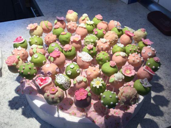 Michael hat uns frühlingsfrische Cake-Pops eingesandt. Lecker! Cake-Pop Glasur in verschiedensten Farben findet Ihr bei uns:  http://www.pati-versand.de/Zutaten/Glasuren:::5_30.html?utm_source=Facebook&utm_medium=Post&utm_campaign=FBGlasur