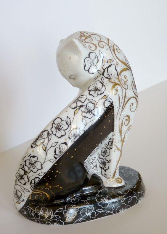Chat en Porcelaine -Objet de décoration , de collection en porcelaine de Limoges ; Décoré à l'or fin