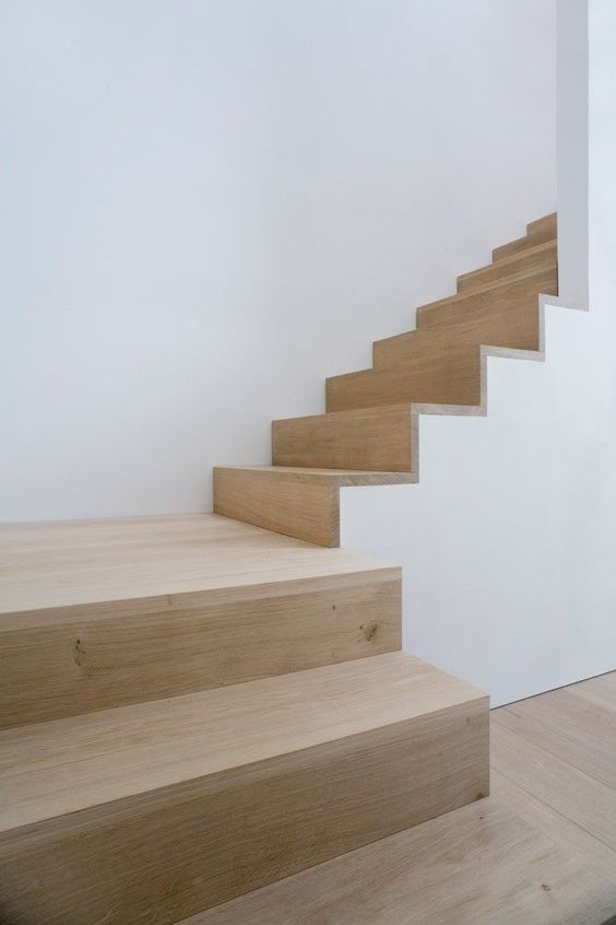 Treppe mit Holzbelag, schlicht