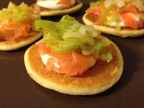 Piccoli blinis, focaccine soffici e leggere cotte in padella, guarniti con salmone affumicato, panna acida e porri. Ideali per i buffet di aperitivo