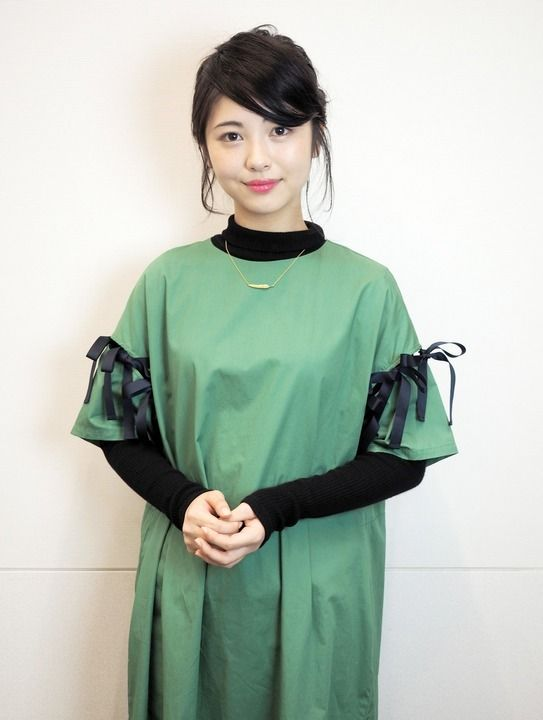 黒いリボンのついた緑の服の浜辺美波