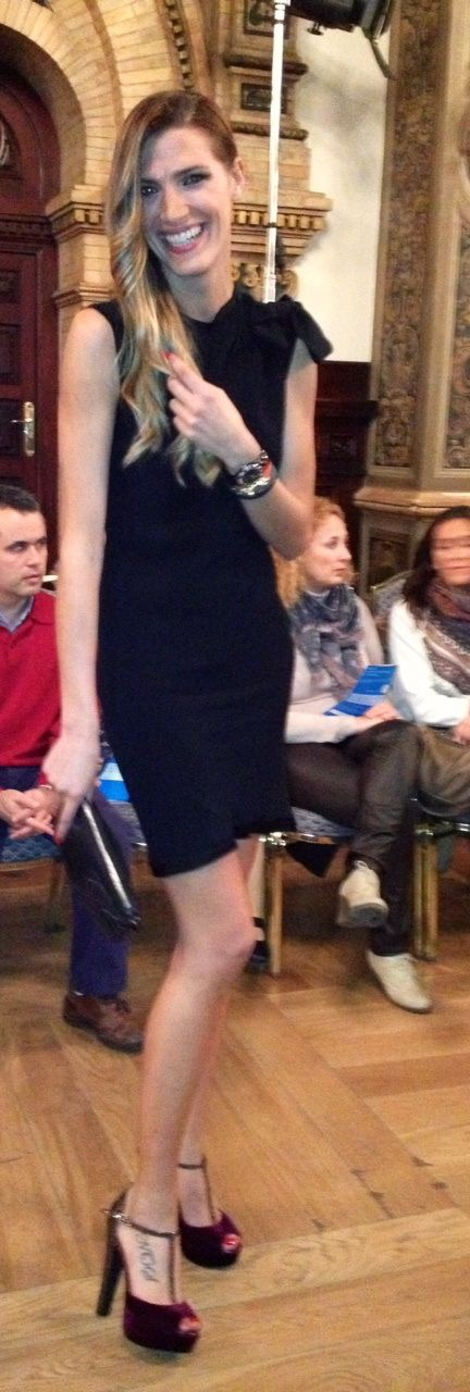 La siempre espectacular Laura Sánchez con uno de nuestros modelos. ¿Os gustan? Podéis ir a por ellos en este enlace: http://www.marypazshopping.com/Productos/3/Serena-zapato-sandalia-burdeos-en-terciopeloglitter_8079_P1.html  #zapatos #moda #modelo #shoes #trendy
