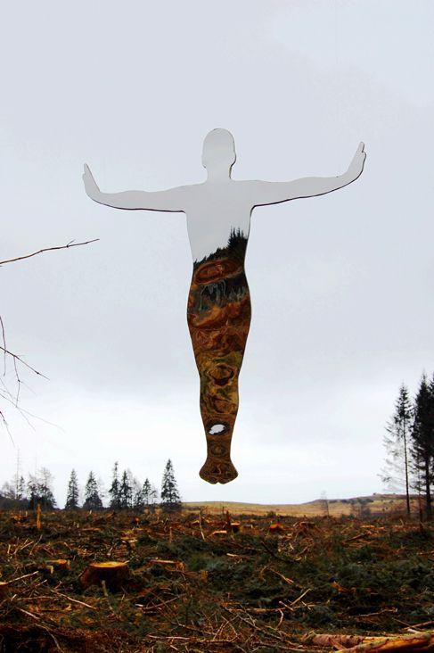 Celebramos la entrada en la estación invernal con las esculturas de Rob Mulholland hechas de metacrilato espejo. Reflejos que mezclan el cielo y el bosque. #MWMaterialsWorld #Mirrorperspex #metacrilatoespejo