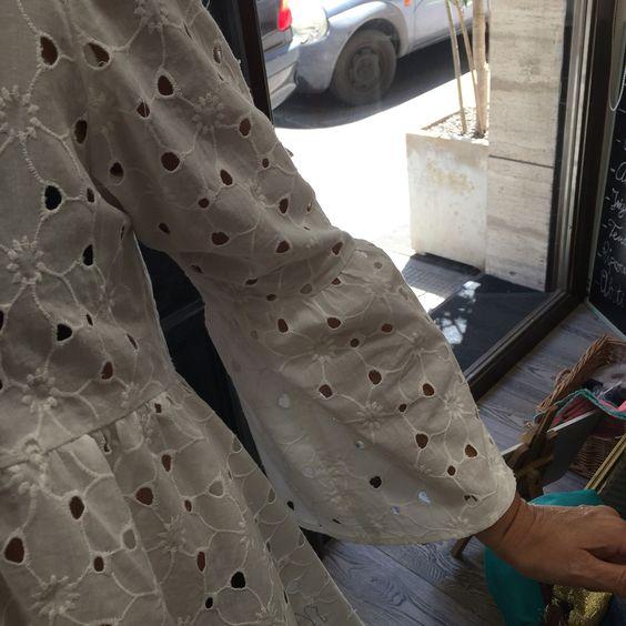 Trend🌟Union Camicia sartoriale in sangallo puro cotone bianco con profonda scollatura e manica con volant. Particolare   #madeinitaly #trendunion #fashion #handmade #atelier #bariviarobertodabari123 #baritalia #pugliaevents #sartorial #cool #trendy #glamour #outfit #springsummer2016 #primaveraestate2016