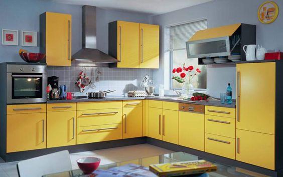 Una opción fabulosa es pintar los muebles y gabinetes de cocina en color amarillo y las paredes en fondo blanco.