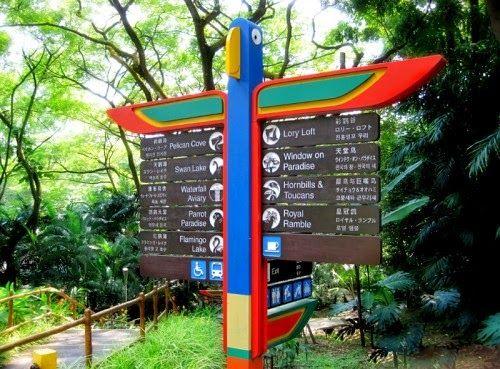 Biển chỉ đường bên trong vườn chim Jurong Bird Park.