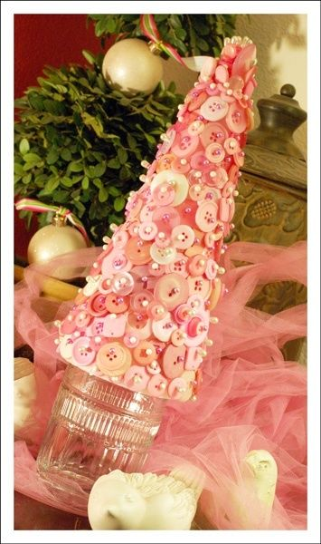 Button tree.  Also like the idea of tulle on the table.: Buttons Craft, Button Project, Button Tree