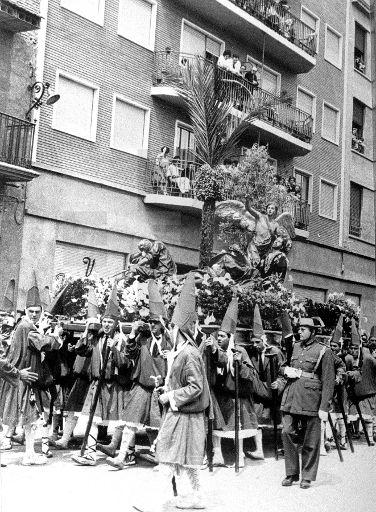 """PROCESIONES SEMANA SANTA Murcia 9-4-66.- el paso """"La oración del huerto"""" en la procesión del Viernes Santo por las calles de Murcia. EFE7yv lafototeca.com Image : efespseven344910"""