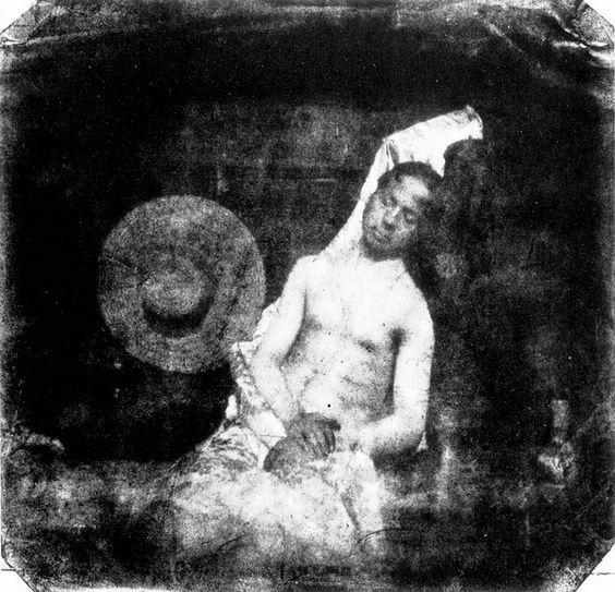 """Le Noyé (El Ahogado), Hippolyte Bayard.    """"Este cadáver que ven ustedes es el del Señor Bayard [...] Artistas, académicos y periodistas le prestaron atención durante mucho tiempo, pero ahora permanece en la morgue desde hace varios días y nadie le ha reconocido ni reclamado. Damas y caballeros, mejor será que pasen ustedes de largo por temor a ofender su sentido del olfato, pues, como pueden observar, el rostro y las manos del caballero empiezan a descomponerse.""""  H. B. 18 de octubre de…"""