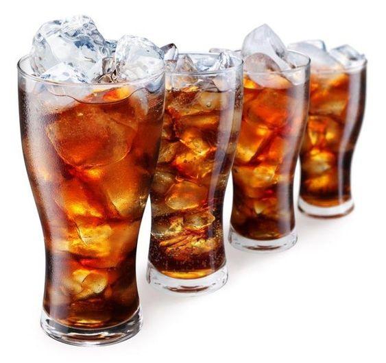 RefrigeranteMuita gente substitui água por um refri geladinho, mas não pode. Além de ser pobre em nutrientes, contém corante, sódio, calorias, gás. Engana-se qu