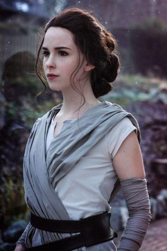 Character: Rey Fandom: Star Wars Cosplayer: unknown [but she looks so much like Daisy Ridley]