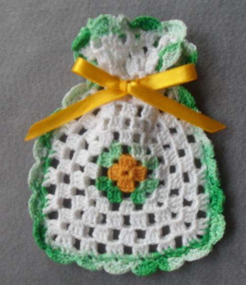 Saquinho em crochê com lacinho de cetim para colocar sabonete perfumado, bem casado ou lembrancinhas em geral.  Sem enchimento. Cor a escolha do cliente.