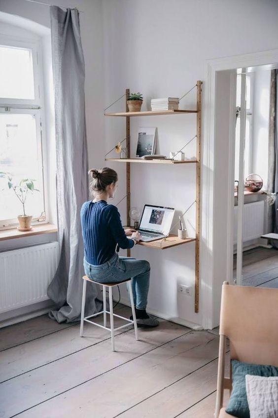 Escritorio y estantería de madera de una pieza con sistema tipo cremalleras y cartelas.
