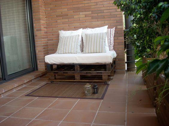 Sofá Pallet - dos palets apilados uno encima de otro - funciona como plataforma para el colchón para cama de invitados - añadir cajones para cavidades delanteras