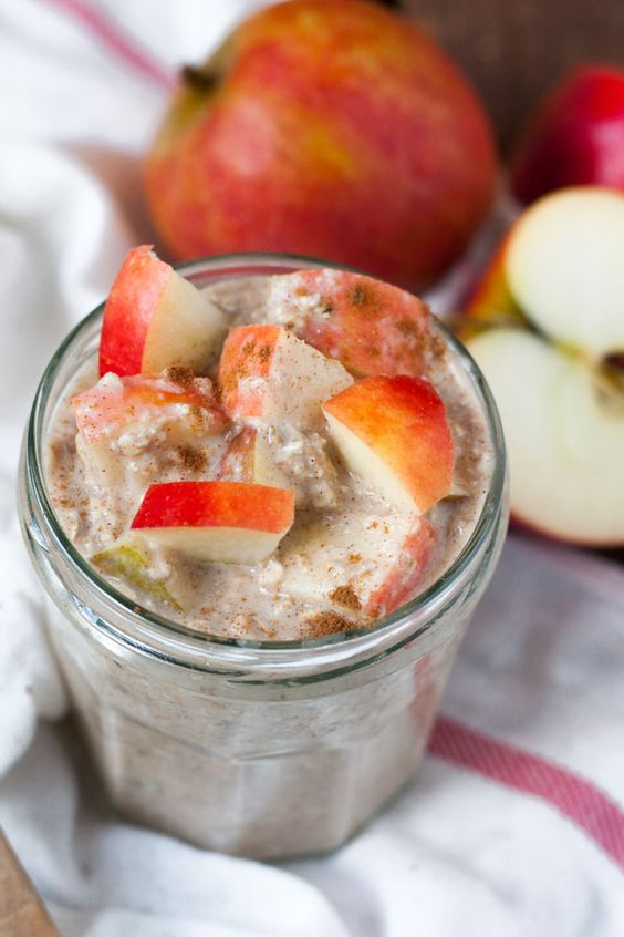 Die Apple Pie Overnight Oats schmecken wie Apfelkuchen zum Löffeln. Schnell, einfach und genial gut -Kochkarussell.com (Healthy Breakfast)