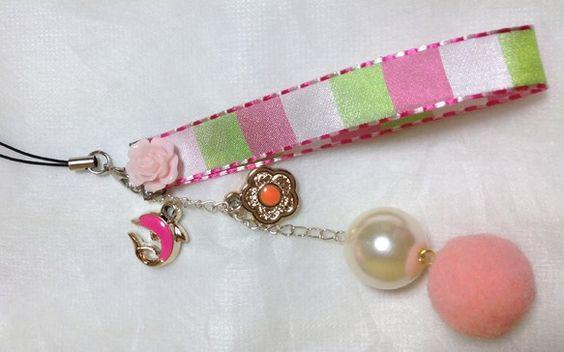 ピンクを基調にしたストラップです。イルカ、花部分はプラスチック製です。金属製ではありません。ストラップ全体は軽いので、携帯は重くなりません。全長:約17.5c...|ハンドメイド、手作り、手仕事品の通販・販売・購入ならCreema。
