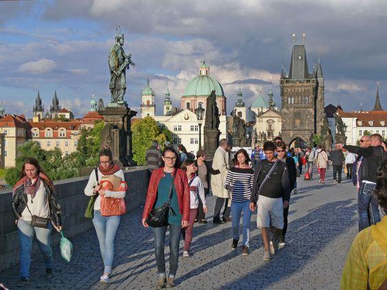 Prag ist zu jeder Zeit einen Besuch wert - Wie in einer Theaterkulisse steigen in Prag die rot gedeckten Bürgerhäuser und Palazzi die Hradschin-Anhöhe hinauf bis zur Burg und zum Veitsdom. Spazieren Sie mit uns durch die tschechische Hauptstadt. Zum Reisebericht: http://www.nachrichten.at/reisen/Prag-ist-zu-jeder-Zeit-einen-Besuch-wert;art119,1436227 (Bild: Oberzill)