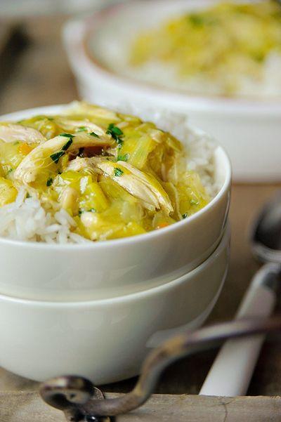 Bereiden: Doe de kippenbouten in een grote pan. Voeg het bouillon blokje toe, de kerriepoeder en zoveel water dat de kip bijna onderstaat. Stoof de kip in ca. 45 min. helemaal gaar. Leg de kippenbouten op een bord en laat even afkoelen. Kook de prei, ui en knoflook in het kerrie water in ongeveer 10 min. helemaal gaar.