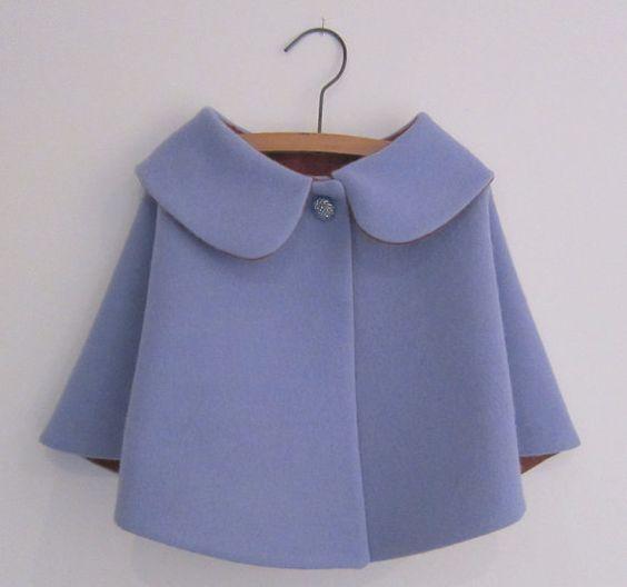 Taille 1-2 t style vintage pâle bleu (bien feutrée) cape de laine, doublé de coton rouge shot (avec le noir) et fini avec un magnifique bouton vintage.  VENTE avant Noël ! réduit de $30.00