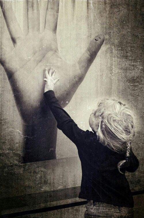 Estamos solos y sin embargo la soledad no existe. Si juntamos las manos encenderemos el fuego imprescindible para vernos los ojos brillantes del deseo.. ♥#viento del alma # De la mano..#