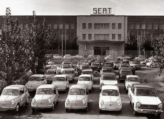 Planta ensambladora de la empresa SEAT, en la Zona Franca de Barcelona, años '60s